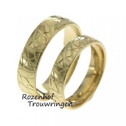 Deze trouwringen zijn uitgevoerd in geelgoud en hebben een leuk motief! Ook kan het motief bij Rozenhof Trouwringen natuurlijk worden aangepast!