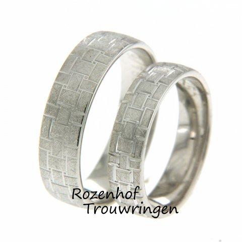 De ringen zijn uitgevoerd in witgoud en bevatten mooie blokjes! Geometrische ringen zijn namelijk ook een mogelijkheid bij Rozenhof Trouwringen!