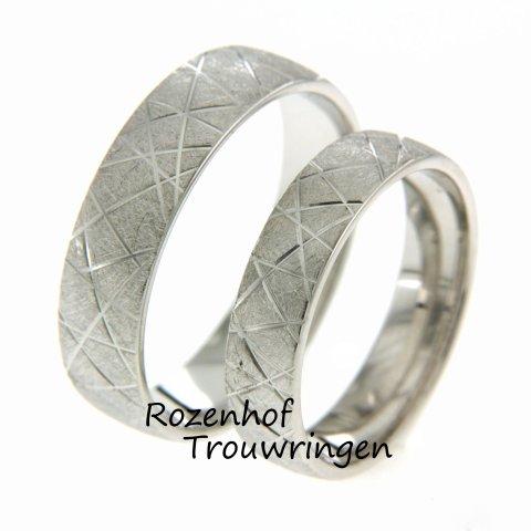 Een echte trend op dit moment: ijsmatte trouwringen!  Want er zijn coole trouwringen genoeg bij Rozenhof Trouwringen!