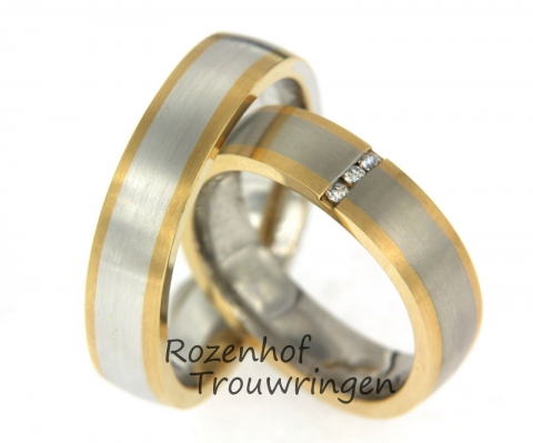 Deze ringen zijn uitgevoerd in mat wit- en geelgoud. De buitenste twee banen van de ring bestaan uit geelgoud en het binnenste deel is witgoud. In de damesring zijn drie briljant geslepen diamanten verticaal boven elkaar gezet.Deze ringen zijn leverbaar in 9, 14 en 18 karaat goud.