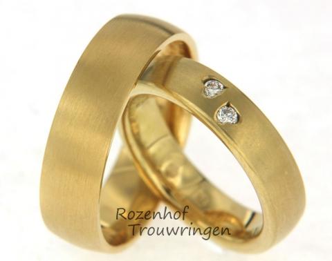 Matte geelgouden trouwringen met een unieke plaatsing van diamanten. De diamanten bevinden zich in een harten vorm. Voor deze trouwringen geldt dan ook: 2 harten, 2 ringen, 1 liefde!
