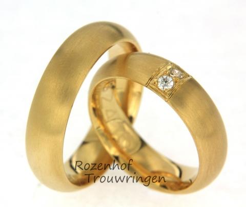 Mooie geelgouden trouwringen. De trouwringen geven een warm gevoel. De ringen zijn geheel mat en in de damesring ziet u twee briljant geslepen diamanten in een unieke zetting.