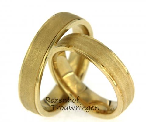 Neutrale, tijdloze trouwringen. De ringen zijn gemaakt van geelgoud. Aan de zijkanten van de ringen ziet u mooie stralende banen, dit staat prachtig met het resterende deel van de ringen die geheel mat zijn.