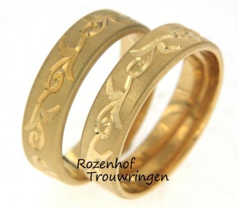 Deze trouwringen zijn vervaardigd in geelgoud en zien er super mooi uit! De ringen hebben allebij een breedte van 6 milimeter en een sierlijke beweging gedurende de ring.