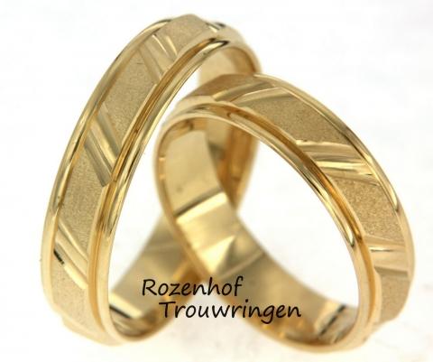 Deze trouwringen zijn vervaardigd uit geelgoud en hebben een glanzend lijnenspel die de neutrale opbouw van de ringen breekt. Verder bevinden zich geen diamanten in de ring en zijn de ringen 5 milimeter breed.