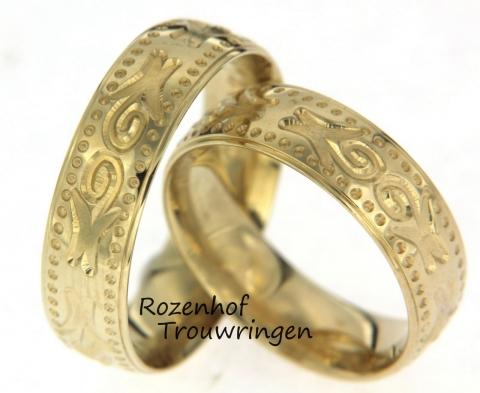 Deze trouwringen zijn vervaardigd uit geelgoud en hebben iets bijzonders! Het lijkt namelijk wel alsof deze ringen er voor de kunst zijn, maar dat is niet zo. Jullie kunnen deze ringen uitzoeken bij Rozenhof Trouwringen. want kijk is naar die mooie sierlijke vormen in de ring, prachtig!