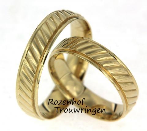 Deze trouwringen zijn uitgewerkt in geelgoud met een glanzende afwerking en een mooi gestructueerd patroon. verder hebben deze ringen een breedte an 5 milimeter en zien ze er super mooi uit.