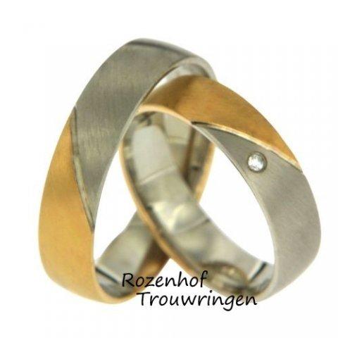 Prachtige trouwringen uitgevoerd in wit- en roodgoud. Beide ringen zijn 5 mm breed. De diagonale lijn deelt de ringen in twee kleuren. De damesring bezet één fonkelende, briljant geslepen diamant van 0,01 ct. De ringen is leverbaar in 9, 14 en 18 karaat.