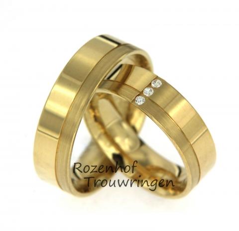 Prachtige geelgouden trouwringen. De ringen bestaan uit mat geelgoud en stralend geelgoud. Dit zorgt voor een mooi trendy effect. De damesring heeft drie briljant geslepen diamanten.