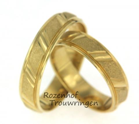 Smalle geelgouden trouwringen met uniek motief. de ringen worden namelijk afgewisseld met mat en glanzend geelgoud.