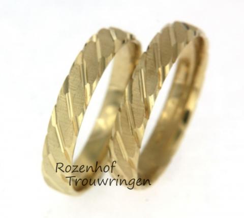 Smalle geelgouden trouwringen. De ringen hebben een strepend motief, afgewisseld uit glanzend en mat. De ringen zijn ook verkrijgbaar in rood- en witgoud.