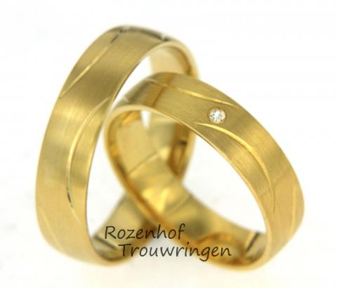 Mooie, elegante geelgouden trouwringen. De ringen zijn geraffineerd versierd door middel van ronde strepen. In de damesring is een sprankelende, briljant geslepen diamanten gezet.