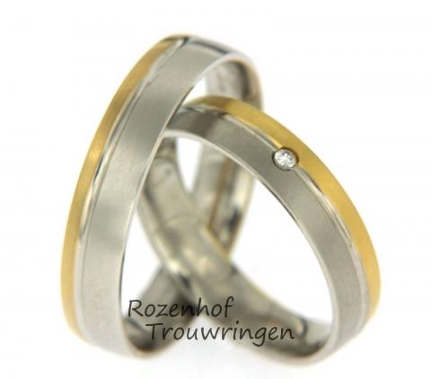 Deze mooie smalle trouwringen uitgevoerd uit wit- en geelgoud zijn verkrijgbaar bij Rozenhof Trouwringen. De trouwringen zijn 4,5 mm breed. De damesring bezet één briljant geslepen diamant van 0,015 ct. De ringen zijn leverbaar in 9, 14 en 18 karaat goud.