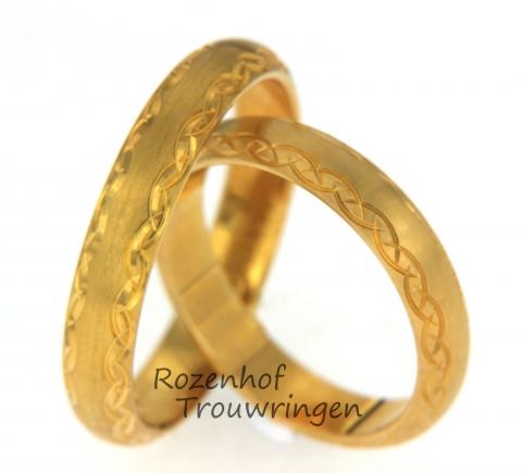 Mooie trouwringen uitgevoerd in geelgoud met een breedte van 4 mm. Het subtiele maar mooie motief zorgt voor een romantische uitstraling. Deze ringen zijn leverbaar in 9, 14 en 18 karaat goud.