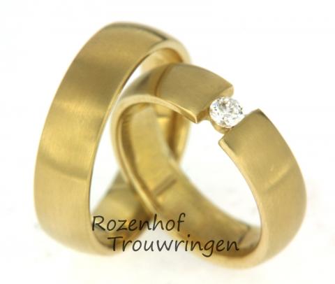 Tijdloze geelgouden trouwringen met een fonkelende diamant