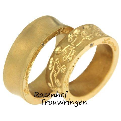 Deze speciale trouwringen zijn uitgevoerd in geelgoud en hebben een breedte van 5,5 mm. De herenring heeft aan de zijkant een sierlijke tekst en één diamant. De damesring heeft een uniek motief vol met fantasie. Ook de damesring heeft tekst aan zijkant.Deze ringen zijn leverbaar in 9, 14 en 18 karaat goud.
