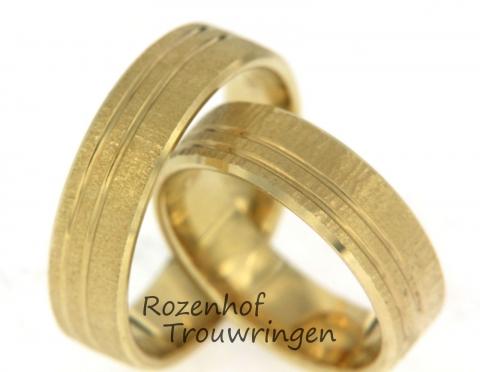 Matte geelgouden trouwringen met als design twee dieper gelegen lijnen rondom de gehele ringen. Dit paar touwringen heeft een neutrale uitstraling.