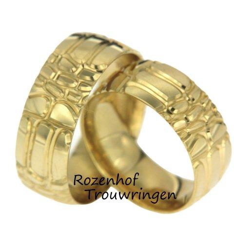 Deze bijzondere trouwringen zijn uitgevoerd in geelgoud en hebben een breedte van 8,0 mm. Wat de ringen zo speciaal maakt is het motief, het motief lijkt op de huid van een krokodil. Deze ringen hebben geen verschillen en zijn echte twins! De trouwringen zijn leverbaar in 9, 14 en 18 karaat goud.