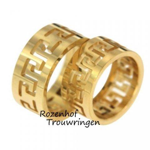 Bijzondere trouwringen uitgevoerd in geelgoud. De ringen zijn maar liefst 10 mm breed. Verder hebben beide ringen een uniek en opvallend motief. Deze trouwringen zijn leverbaar in 9, 14 en 18 karaat.
