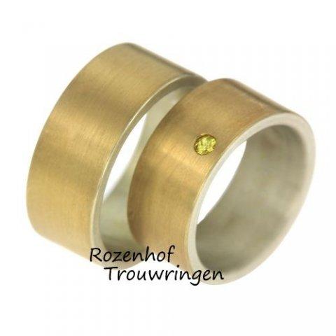 Deze ringen zijn uitgevoerd in mat geelgoud. Dit zorgt voor een neutraal effect. De breedte van de ringen is 9,5 mm. In de damesring bevindt zich één geel kleurige diamant. Deze schitterende diamant is briljant geslepen. De ringen zijn leverbaar in 9, 14 en 18 karaat.