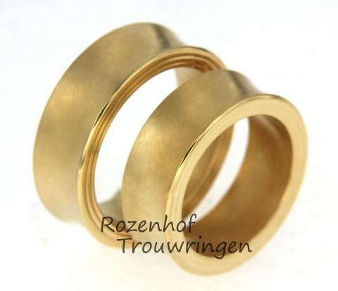 Deze warme trouwringen zijn uitgevoerd in geelgoud. De ringen zijn 8 mm breed. De ringen zijn leverbaar in 9, 14 en 18 karaat goud. Twee harten, twee ringen en één liefde!