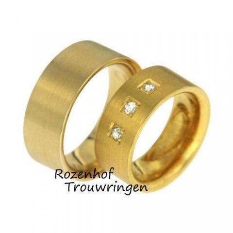 Deze trouwringen zijn uitgevoerd in geelgoud en hebben een breedte van 9 mm. De damesring is bezet met drie diamanten die overigens briljant geslepen zijn. Door de matte touch stralen de ringen rust uit. Deze ringen zijn leverbaar in 9, 14 en 18 karaat goud.