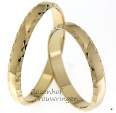 Deze prachtige geelgouden ringen lijken uit vervlogen tijden te komen. Ze zullen de glimlach van jullie beide op jullie trouwdag nog breder maken!