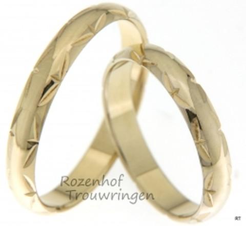 Deze mooie geelgouden ringen zijn echt trendy en schitterend. Deze ringen zijn bijna identiek aan elkaar en passen precies bij elkaar net zoals jullie!