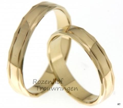 Deze mooie geelgouden ringen zijn echt trendy en schitterend. Deze ringen zijn identiek aan elkaar en passen precies bij elkaar net zoals jullie!