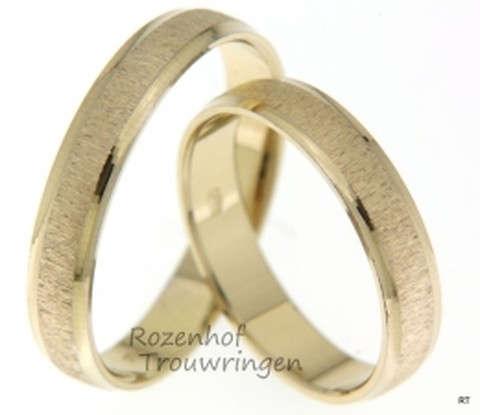 Unieke trouwringen set vervaardigd in het geelgoud met een boomschors-afwerking. De ringen passen net zo goed bij elkaar als jullie!