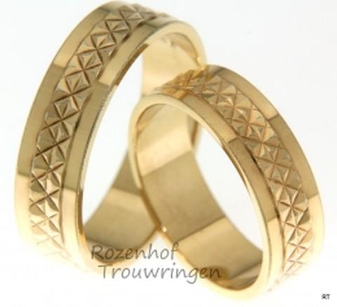 Deze trouwringen zijn vervaardigd uit geelgoud en hebben iets bijzonders! Jullie kunnen deze ringen uitzoeken bij Rozenhof Trouwringen.