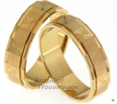 Deze trouwringen zijn vervaardigd in geelgoud en zien er super mooi uit! De ringen hebben een sierlijke beweging gedurende de ring.