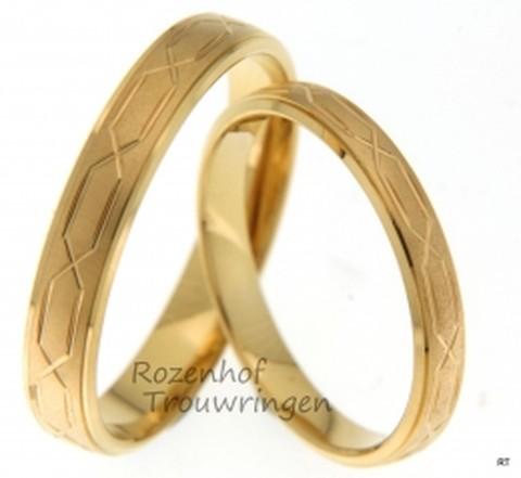 Ranke trouwringen vervaardigd in het geelgoud. De trouwringen hebben ook wat aparts namelijk allemaal lijnen in de ringen.
