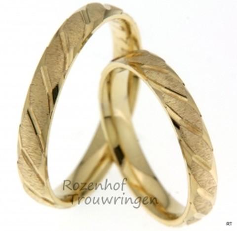Unieke trouwringen vervaardigd in het geelgoud met een twist. De ringen zijn allebei gepolijst en mat afgewerkt.