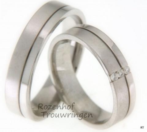 Moderne witgouden trouwringen met sierlijke groef. De dames trouwring is bezet met 3 briljant geslepen diamanten van 0,07 ct.