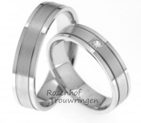 Witgouden, 5 mm brede trouwringen. Het bijzondere aan deze ringen zijn de subtiele lijnen en het gebruik van matgoud en glanzend goud. In de dames trouwring is een schitterende briljant geslepen diamant van 0,04 ct gezet.