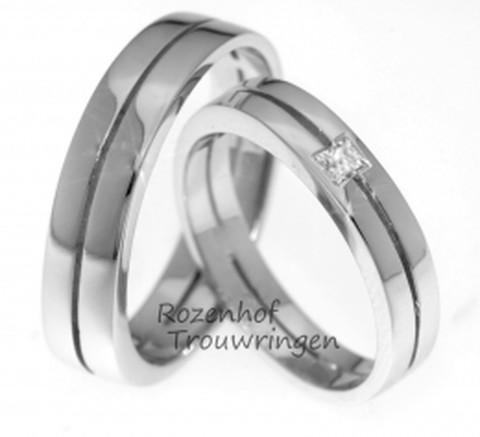 Vorstelijke, witgouden trouwring met princess geslepen diamant in de dames trouwring. De ringen zijn hoogglanzend afgewerkt en zal super mooi stralen om jullie vingers!