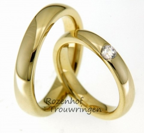 Bolle, glanzend geelgouden trouwringen van 4 mm. breed. In de dames trouwring is een briljant geslepen diamant gezet van 0,22 ct.