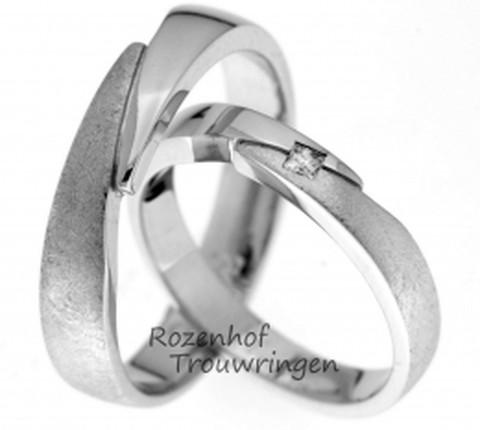 Een fraai gevormde witgouden ring van 3,5 mm breed. De ring heeft een hoogglans gedeelte en een gematteerd gedeelte, welke op een prachtige wijze bij elkaar aansluiten. In de dames trouwring is een princess geslepen diamant van 0,05 ct gezet.