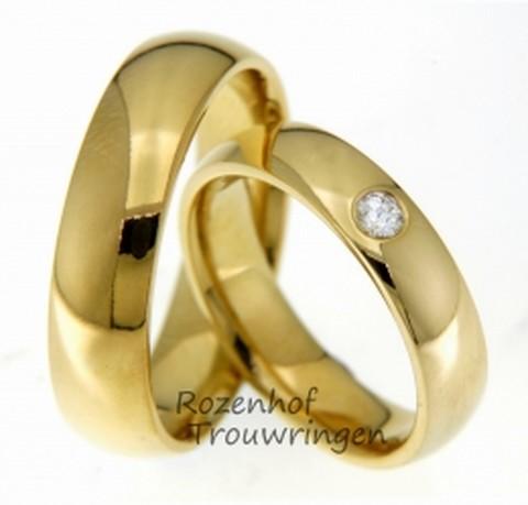 Bolle, 5 mm. brede trouwringen van glanzend geelgoud. In de dames trouwring is een briljant geslepen diamant geplaatst van 0,09 ct.