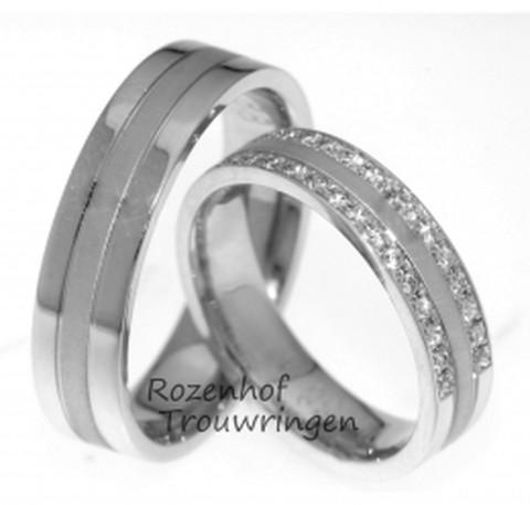Schitterende, 5 mm brede witgouden trouwringen van excellente kwaliteit. In de dames trouwring zijn twee liefdespaden gezet, waarin 2 x 15 briljant geslepen diamanten van in totaal 0,3 ct, u uw leven lang zal beschijnen.