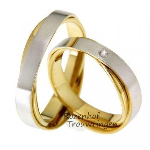 Tweekleurige trouwringen van mat witgoud en glanzend geelgoud. De ringen zijn over elkaar heen gezet wat zorgt voor een speciaal effect. In de dames trouwring is een briljant geslepen diamant van 0,03 ct gezet. De ringen zijn 5 mm breed.