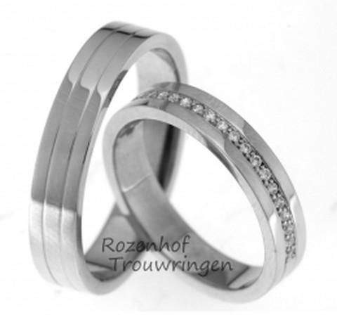 In drie gelijke banen, zijn deze witgouden, glanzende trouwringen verdeeld. De ringen hebben een breedte van 4 mm. In de dames trouwring is de middelste baan verandert in een schitterende rivier van 22 briljant geslepen diamanten van in totaal 0,176 ct.