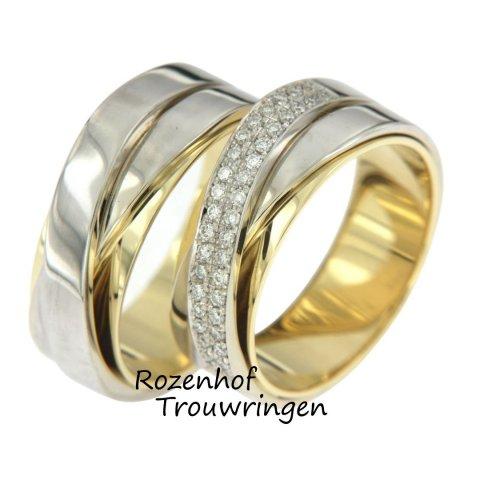 Gecompliceerde, tweekleurige trouwringen met schitterende diamanten. De trouwringen bestaan uit drie over elkaar gezette ringen van glanzend geel- en witgoud. In de dames trouwring zijn op de bovenste ring 38 briljant geslepen diamanten gezet.