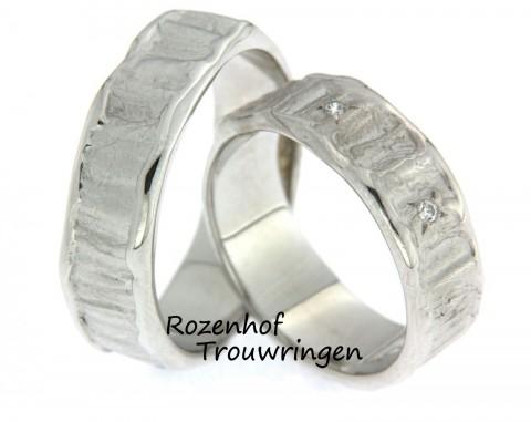 Ambachtelijke, witgouden trouwringen. Het oppervlakte van de ring is als de rimpeling van zand bij eb. In de dames trouwring zijn 3 briljant geslepen diamanten gezet.