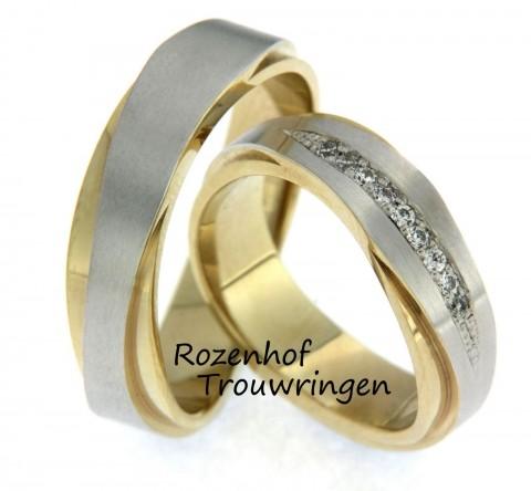 Futuristische trouwringen in twee kleuren. De ring is opgebouwd uit een strakke geelgouden ring en een witgouden ring, die van smal naar breed uitloopt. In de dames trouwring is een spits toelopend vlak gezet met daarin 9 fonkelende, briljant geslepen diamanten.