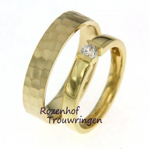 Deze stijlvolle trouwringen zijn uitgevoerd van geelgoud en verkrijgbaar bij Rozenhof Trouwringen. De trouwringen zijn prachtig afgewerkt. Bekijk onze collectie