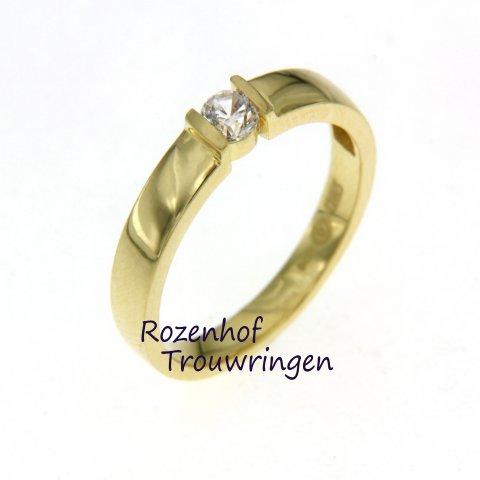 """Deze verlovingsring is de ring waardoor uw liefje volmondig """"JA, ik wil!"""" tegen u zal zeggen. Bekijk het aanbod in verlovingsringen bij Rozenhof Trouwringen."""