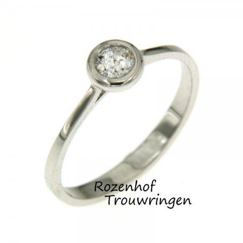 Deze verlovingsring is vervaardigd van witgoud en straalt van elegantie door de smalheid van de ring. Contacteer Rozenhof Trouwringen gerust voor meer info.