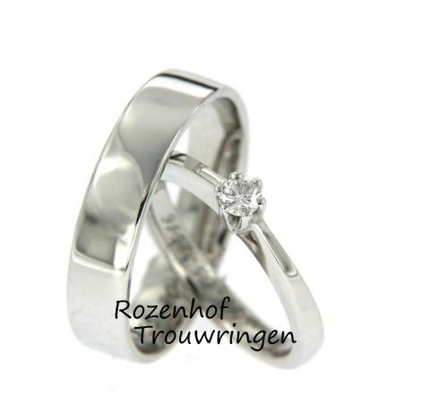 Deze glanzende trouwringen zullen prachtig schitteren om jullie vingersen zijn vervaardigd uit witgoud! In de ring van de bruid bevindt zich een schitterende diamant van 0.10 karaat en deze diamant is briljant geslepen. Verder verschillen de ringen van 1 mm van breedte, de herenring is 4 mm en de damesring is 3 mm. Al met al een prachtig setje trouwringen!